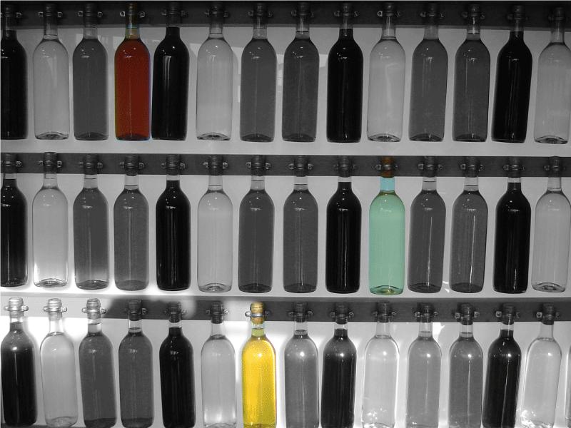 TenStickers. Autocollant mural collection de bouteilles. Une photo murale adhésive en format de sticker illustrant une collection de bouteilles d'alcool en tous genres. Prix Imbattables.