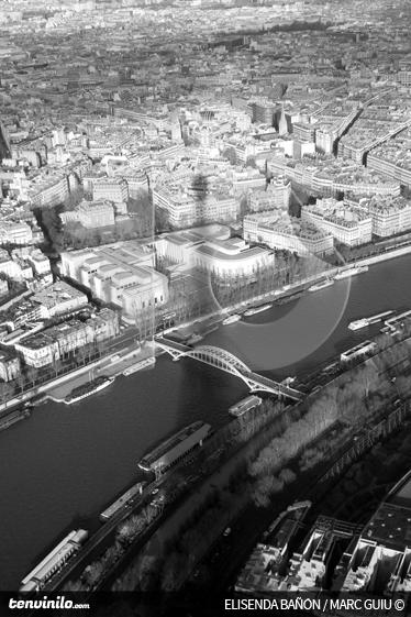 TenVinilo. Vinilo sombra Torre Eiffel sobre París. Fotomural de autor de una imagen tomada desde lo más alto de la Torre Eiffel con una vista aérea de París.