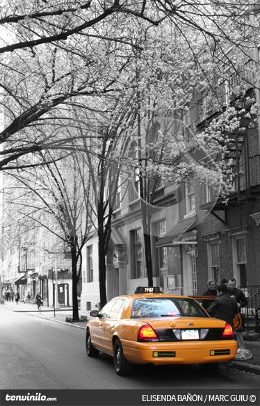 TenVinilo. Vinilo taxi en Nueva York. Fotografía adhesiva en blanco y negro de una calle de Nueva York en la que destaca un taxi con su brillante color amarillo.