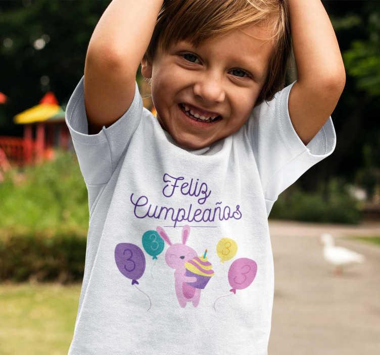 TenVinilo. Camiseta feliz cumpleaños conejo y números. Camiseta de cumpleaños con globos coloridos que podrás personalizar el número que deseas, haciendo que se adapte a la edad que cumple tu hijo o hija.