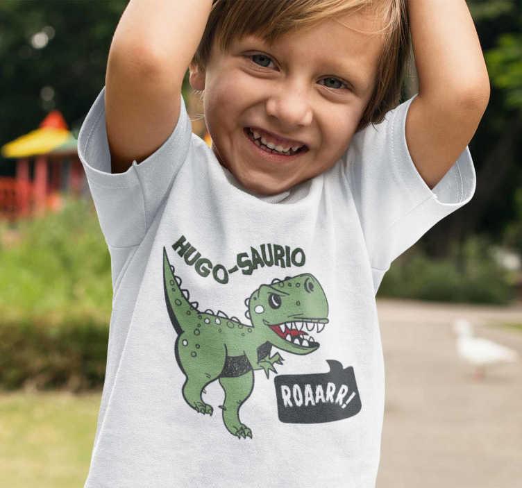 TenStickers. 이름을 가진 아이들 티셔츠 공룡. 이 귀여운 공룡을보세요, 아이들에게 딱 맞는 티셔츠입니다. 그들은 행복하게 돌아 다니며, 그들은 t-rex 인 척하는 주위를 포효합니다.