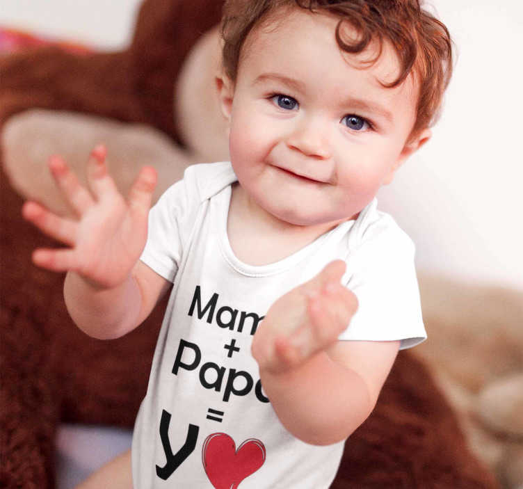 TenVinilo. Body bebé Mamá y Papá igual a Yo. Body para bebé con el mensaje Mamá + Papá = Yo, un divertido diseño que quedará estupendo al más pequeño del hogar Muestra a todos quién es tu hijo.