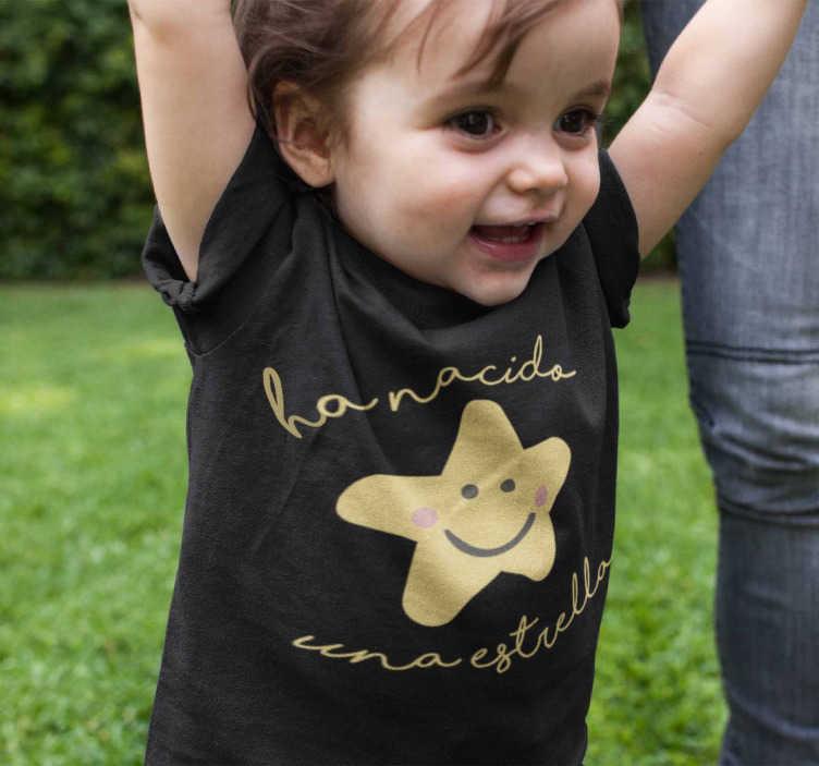 """TenVinilo. Body bebé a nacido una estrella. Una camiseta o body para bebé precioso y original con el texto """"A nacido una estrella"""" y la ilustración de una estrella infantil con ojos y sonrientes"""