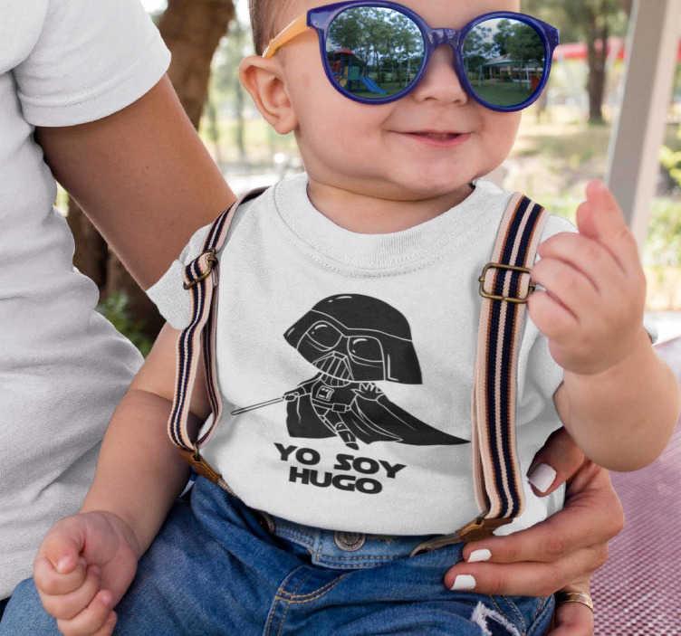 """TenVinilo. Camiseta niños Star Wars Yo Soy con Nombre. Body o camiseta de star wars para bebé con un mini darth vader y la frase """"Yo soy…"""" que está acompañada del nombre de tu hijo o hija."""