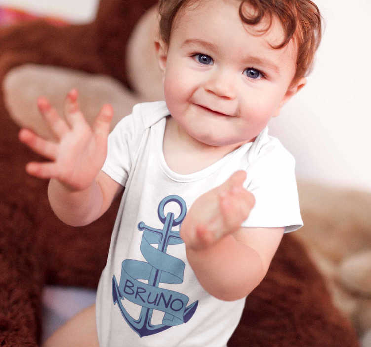 TenStickers. Baby anchor body with name. A T-shirt or body for the little ones at home with a blue anchor with your son or daughter's name inside, on a ribbon that turns this piece around.