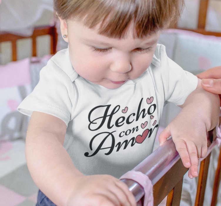 """TenVinilo. Body bebé hecho con amor. Original camiseta para bebé con el mensaje """"hecho con amor"""" para que todos sepan lo mucho que quieres a tus hijos. Un producto de primera calidad"""