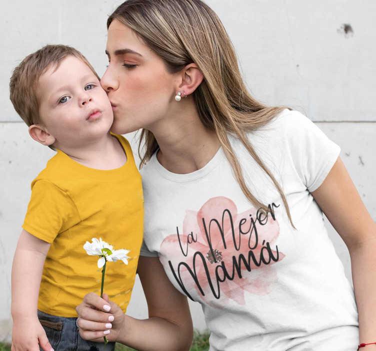 """TenVinilo. Camiseta para madres Floral La Mejor Mamá. Camiseta con el mensaje """"La Mejor Mamá"""" para demostrar a tu madre lo mucho que la quieres, un regalo estupendo para días y fechas especiales"""