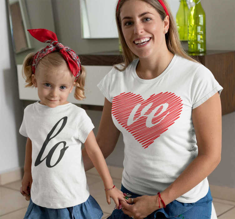 TenStickers. Moeder en kinderen houden van moeder en kinderen t-shirt. Een set bijpassende love t-shirts die er geweldig uit zien, van hoge kwaliteit zijn, makkelijk schoon te maken en te strijken. Als je het leuk vindt om je gelijk te kleden met je dochter of zoon.