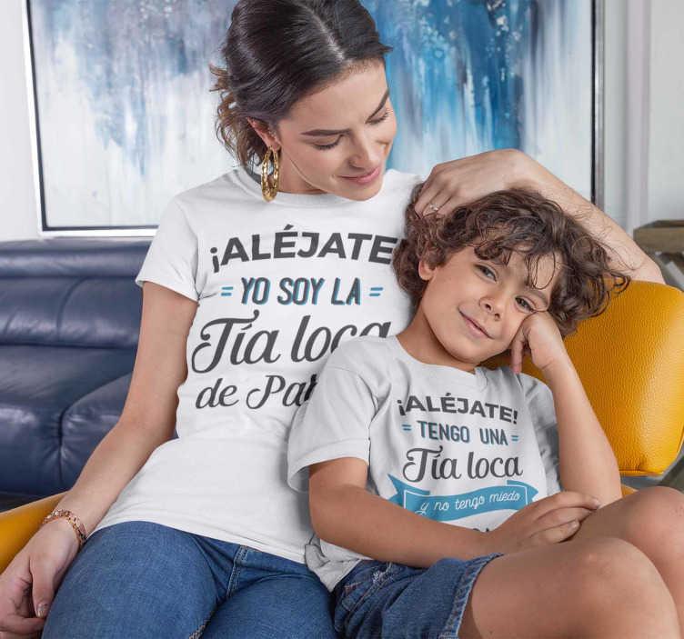 TenVinilo. Camisetas Iguales tengo una tía loca con nombre. Pack de camisetas tengo una tía loca. No dudes en personalizar tu vestimenta y vestir igual tía y sobrino. Un diseño que te enamorará.