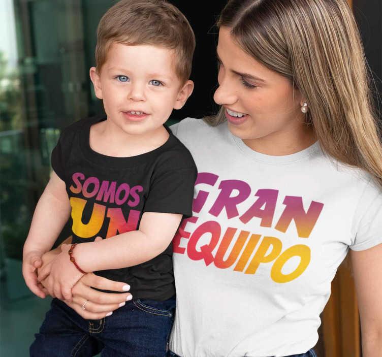 """TenVinilo. Camiseta mama e hijos somos un gran equipo. Camisetas para madres e hijas poder vestir iguales El texto """"Somos un gran equipo"""" dividido en dos prendas. ¿No quieres ver el diseño?"""