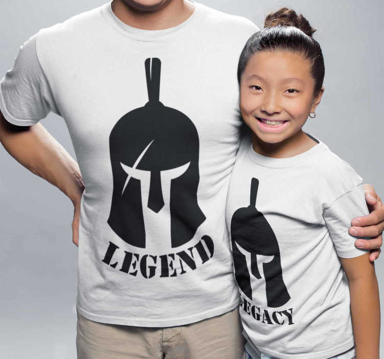 TenStickers. 传奇和遗产父亲和孩子t恤. 一套战士匹配的t恤,可以为相同的父母和孩子穿着。一套几乎相等的衣服,以区分谁是父亲还是其他人。