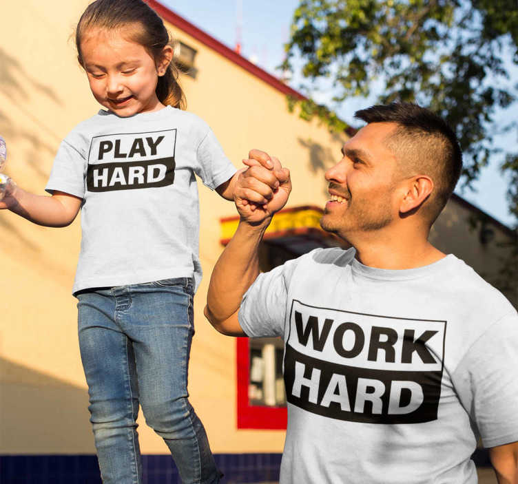 TenStickers. Lavorare sodo giocare duro t-shirt padre e figlio. T-shirt da padre e bambino abbinata alla massima qualità. Il messaggio di testo è sobrio ma allo stesso tempo elegante, che puoi indossare in ogni occasione.