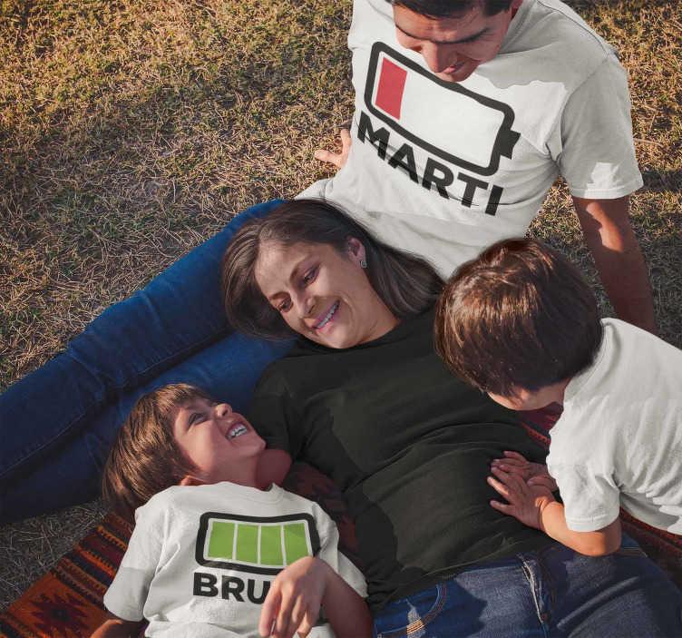 TenStickers. Eltern ohne Batterie T-shirt. Ein klassiker, den sie in ihrem kleiderschrank haben müssen! Das lustige t-shirt von vater und sohn ohne batterien für diejenigen von uns, die nach einem langen tag erschöpft sind.
