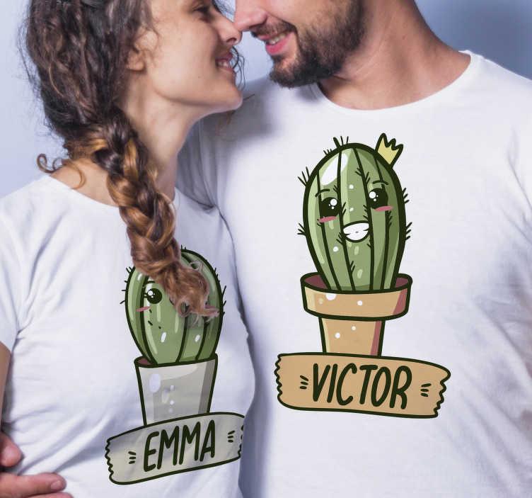 TenStickers. Kaktus, ti in jaz par majic. S to lepo in unikatno majico zabavnega para s personaliziranim imenom bi presenetili vse, ki jih srečate na ulici.