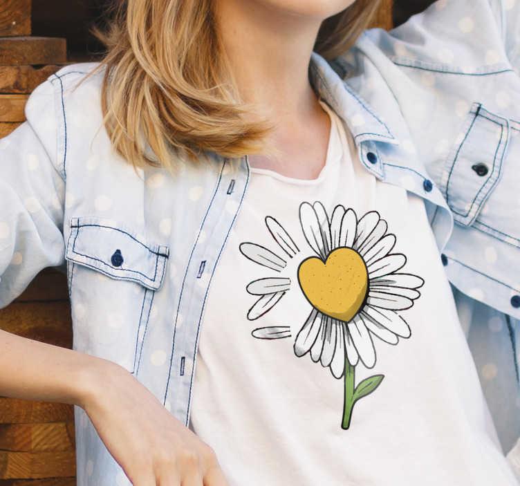 TenStickers. Gänseblümchen Herz Blume T-shirt. Zeigen Sie Ihre Liebe zu Blumen mit diesem Gänseblümchenherz-Blumen-T-shirt, mit seiner schönen gelben Farbe und in einer Herzform. Fühlen Sie sich glücklich damit.