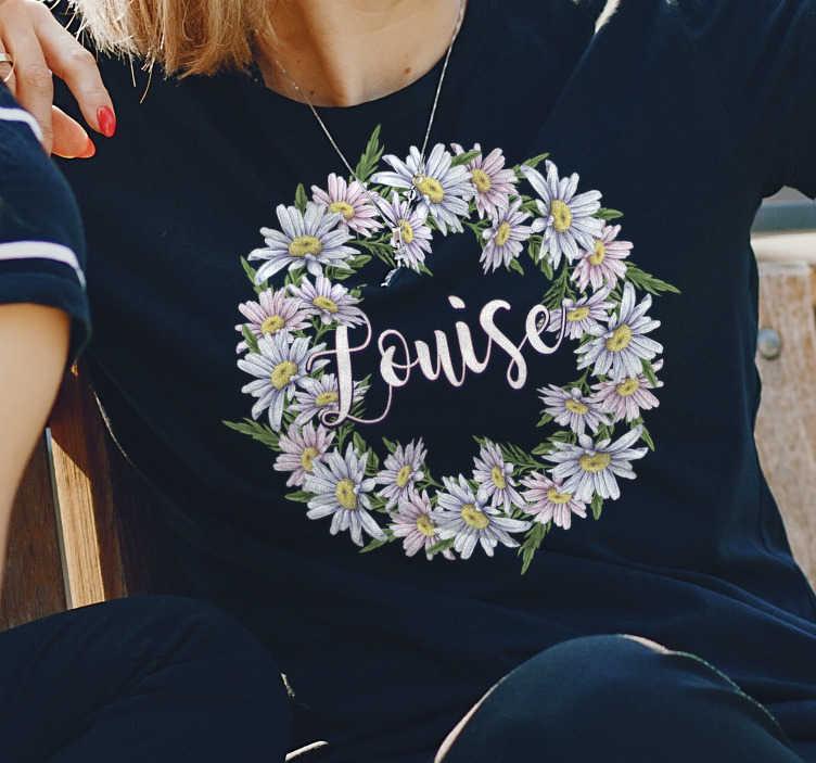 TenStickers. Personalisiertes T-shirt mit Krone aus Gänseblümchen. Zeigen Sie Ihre Liebe zu Blumen mit diesem personalisierten Gänseblümchenkronen T-shirt mit seinen schönen hellen Farben. Ein T-shirt, das alle in Erstaunen versetzen wird.
