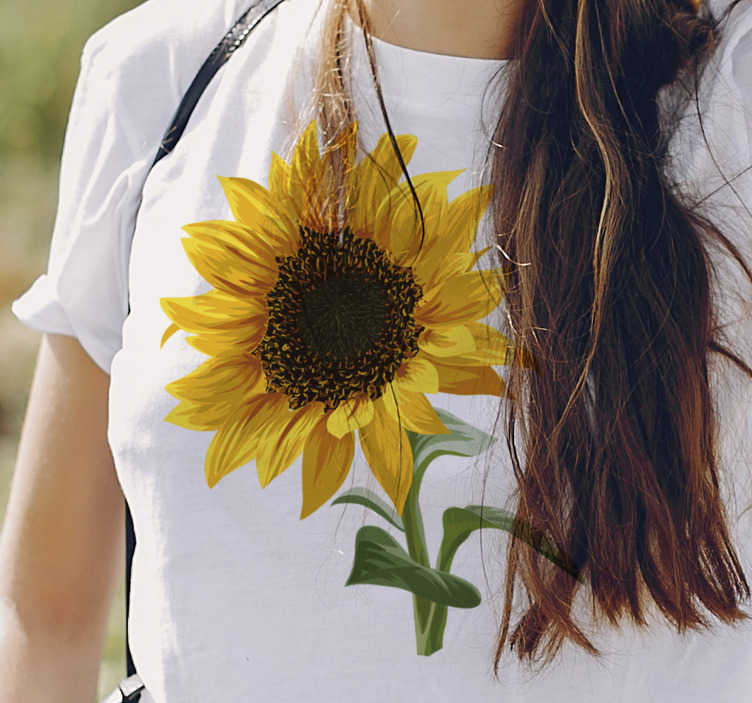 TenStickers. Mooi zonnebloem t-shirt. Toon je liefde voor bloemen met dit zonnebloem t-shirt, met zijn prachtige felle kleuren. Met dit bloement-shirt zou je iedereen die je tegenkomt verbazen.