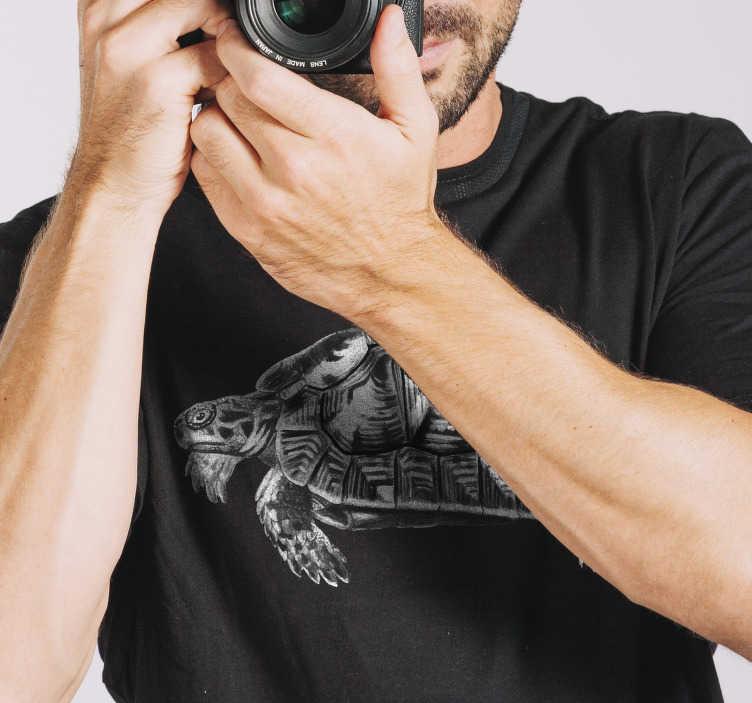 TenStickers. T-shirt homme tortue vintage. Ce design original du t-shirt tortue homme est de bonne qualité. Il peut être repassé sans l'endommager. Achetez-le sur tenstickers.com