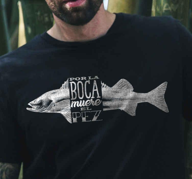 TenVinilo. Camiseta frase por la boca muere el pez. Un pez con una camiseta con frases para usar y crear tu propia moda con un diseño exclusivo que te guste ¡Envío a domicilio!