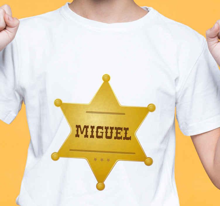 TenVinilo. Camiseta estrella sheriff dorada con nombre. Diseño de camiseta con insignia de estrella dorada con nombre personalizado para lucirse como oficial del sheriff ¡Compra online!