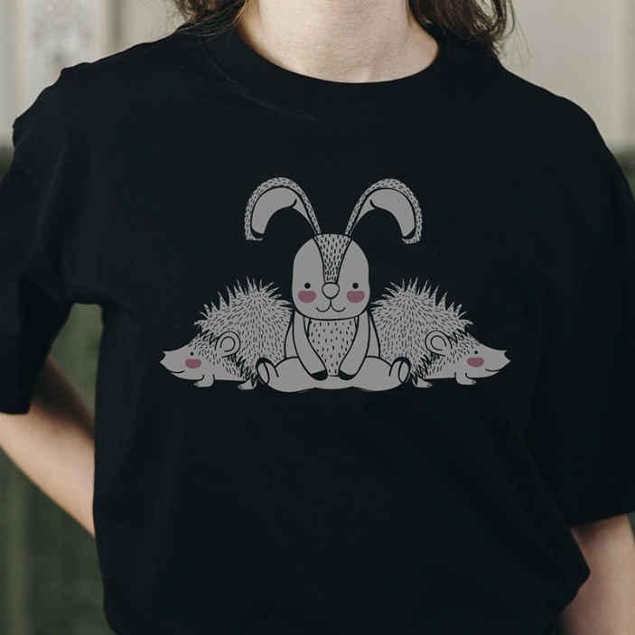 TenStickers. Sertés és nyúl póló. Egy egyszerű alkalmi pólót keres, különleges dizájn nyomtatással, hogy megingassa a napját? Itt van egy tökéletes sertés- és nyúlpóló.