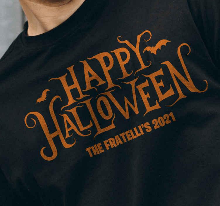 TenVinilo. Camiseta Feliz Halloween personalizada . Camiseta para hombre con texto feliz halloween y fondo negro. ¡creará un atuendo moderno y actualizado para tu fiesta de halloween!