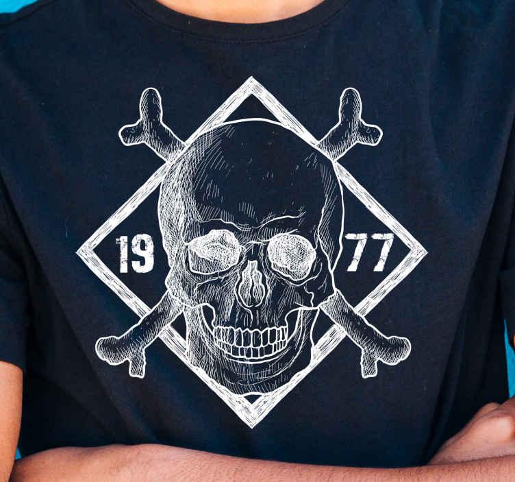 TenStickers. Maglietta Halloween Scheletro in spugna personalizzato. Personalizza la tua maglietta di halloween con le nostre magliette personalizzate di halloween. Si tratta di un teschio con ossa incrociate e data incisa personalizzabile.
