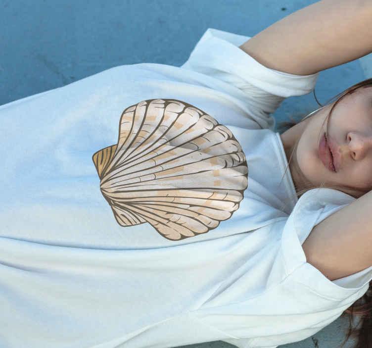 TenStickers. T-shirts schelpen Beige zeeschelp. Zeeschelp t-shirt met een afbeelding van een beige zeeschelp op een gekleurd t-shirt naar keuze. Bestel hem vandaag nog!
