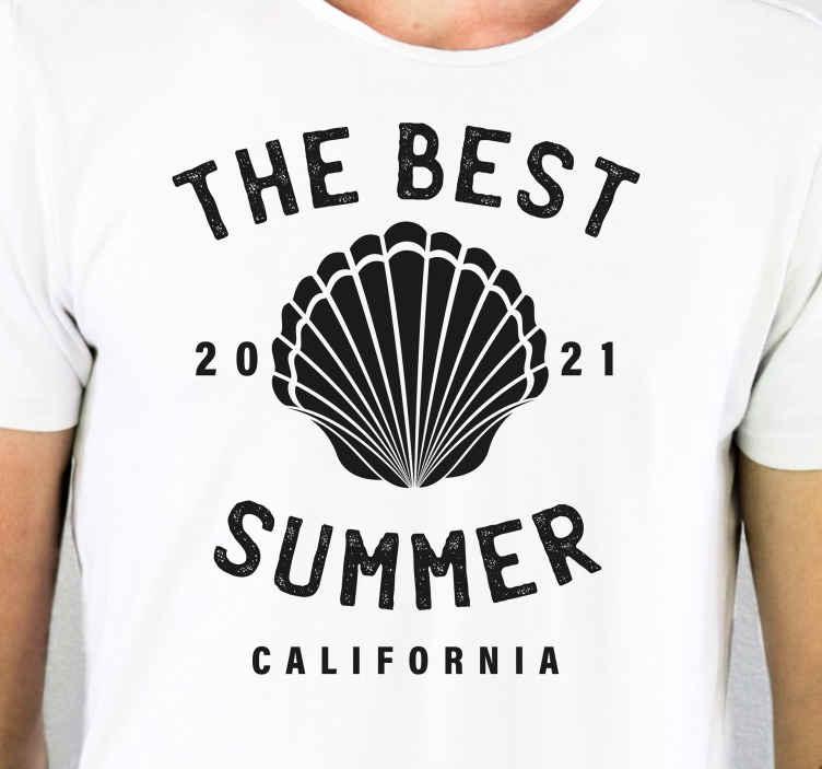 TenStickers. T-shirts schelpen De beste zomer. Gepersonaliseerd t-shirt met de tekst 'the best summer' met jouw gepersonaliseerde jaar en locatie. Hoogwaardige materialen.