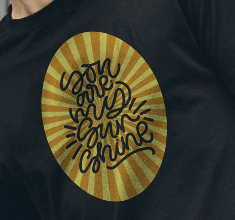 TenStickers. T Shirt 70's Sun Abstrakter sonnenuntergang mit orangetönen. Verpassen Sie nicht diese gelegenheit, ein original mit T-Shirt im vintage-stil zu haben. Du bist mein sonnenschein mit sonnenstreifen-t-shirt.