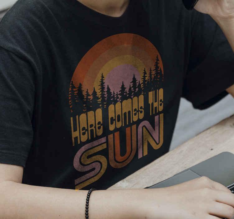 TenStickers. Tričko tady přichází slunce. Přichází sluneční tričko se stromy a barevným západem slunce, které vám letos v létě ukolísá outfit. Dostupné pánské a ženské velikosti!