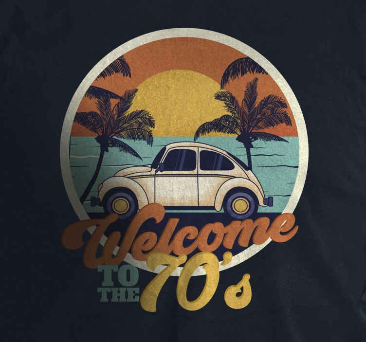 TenStickers. Póló üdvözlöm a 70-es években. élvezze az eredeti naplementét idéző pólóval, amely eljuttatja Önt a szép 70-es évekbe. Kerek kialakítás színes szöveggel.