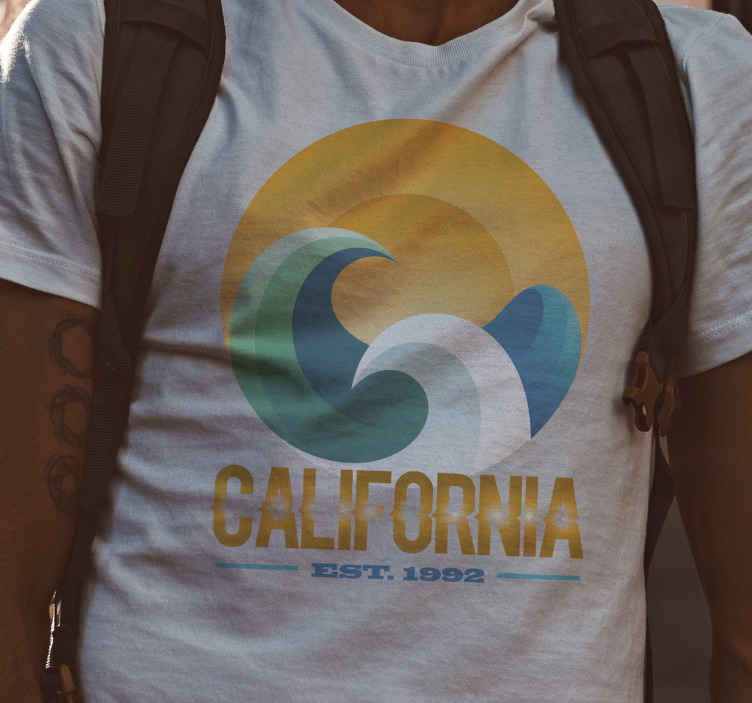 TenStickers. Tee shirt vintage Soleil et vagues. California beach wave et le t-shirt soleil pour un look incroyable partout où vous allez et attirer l'attention de tout le monde