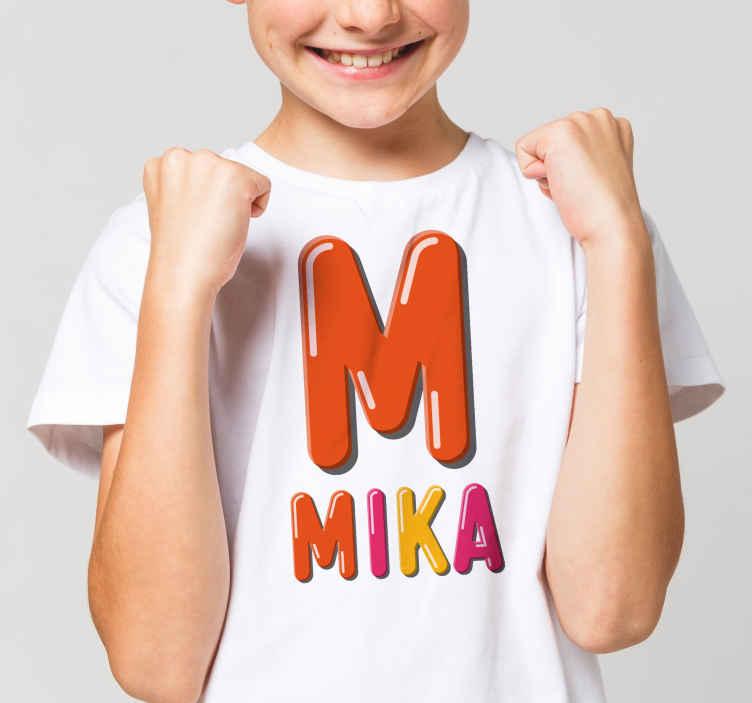 TenStickers. T-shirt baby Eerste letter is voor de naam t-shirt. Vindt u het niet leuk om naar u kinderen te kijken met een van deze baby t-shirts? Bestel dit ontwerp vandaag nog en ontvang hem snel thuis!