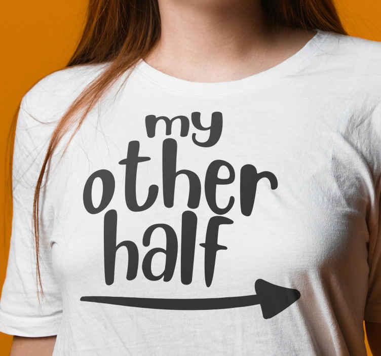 TenStickers. T-shirts koppels Mijn wederhelft. Bijpassend paar t-shirt met de tekst 'mijn andere helft' met een pijl die naar de andere persoon wijst. Hoge kwaliteit. Bestel hem nu!