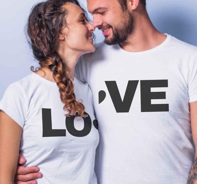"""TenStickers. Szeretem a párokhoz illő ingeket. Páros póló, amelyen a """"szerelem"""" szó szerepel, 2 felére osztva 2 pólón. Többféle színben és méretben kapható."""