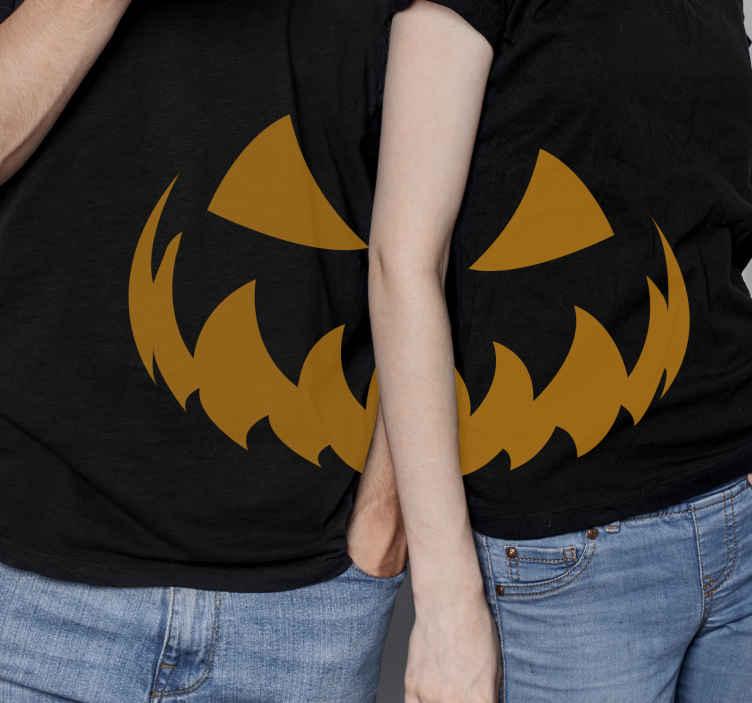 TenStickers. Pár halloween ing félelmetes mosollyal halloween póló. Egy aranyos halloween ing-dizájn az Ön és partnere számára, miért ne tenné hozzá a kosarához, hogy online vásárolja meg és néhány napon belül megkapja