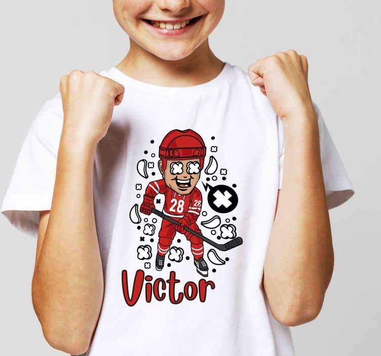 TenVinilo. Camiseta infantil con nombre jugador hockey. Increíble camiseta para niños con nombre personalizable y con jugador de hockey. Elige el color y talla que desees ¡Envío exprés!
