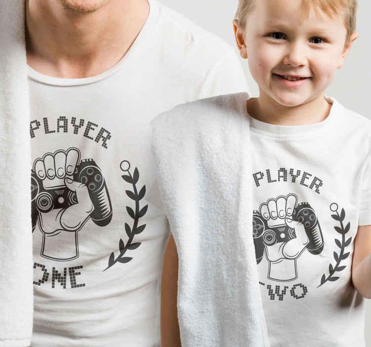 TenStickers. Igralec 1 in igralec 2 očeta in sina, ki se ujemata. Delite svojo strast do video iger s svojimi otroki! S to majico igralca 1 in igralca 2 z karticami za video igre za očeta in sina
