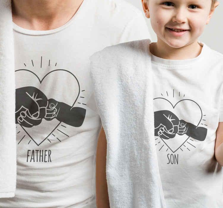 TenStickers. Oče in sin pesti oče in sin srajce. Postanite eno s svojim možicem! S to majico s prstnim vzorcem za majice očeta in sina. Verjamemo, da vam bodo všeč ti modeli!