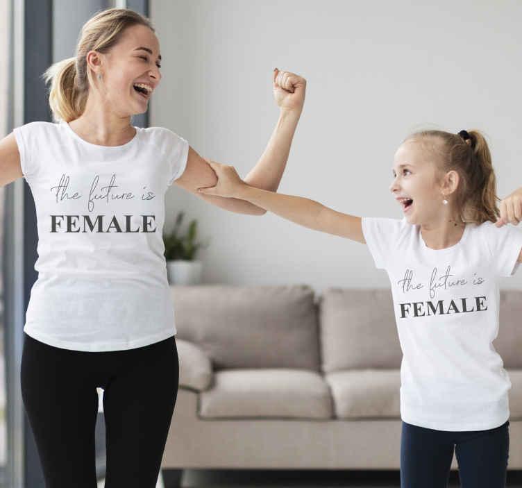 TenStickers. Budućnost je ženska majica i kćerka. Tvoja je djevojčica predodređena za velike stvari! Pokažite joj jednu od ovih majica za mamu i kćer! Kućna dostava!