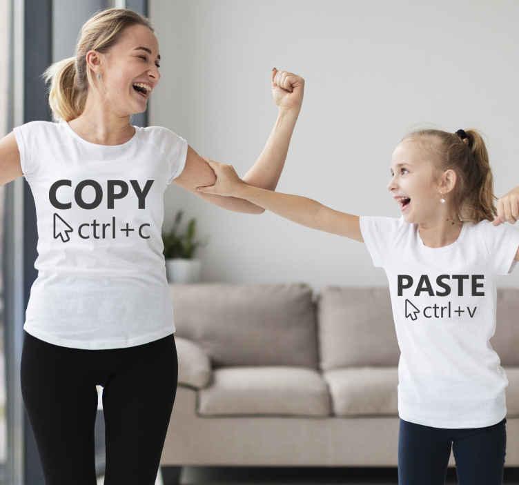 TenStickers. Moeders en dochters t-shirts Kopieer plakken t-shirt. Creëer een unieke band met u kind met een van deze moeder en dochter t-shirts! Deze stickers met de tekst copy paste! Bestel hem nu!