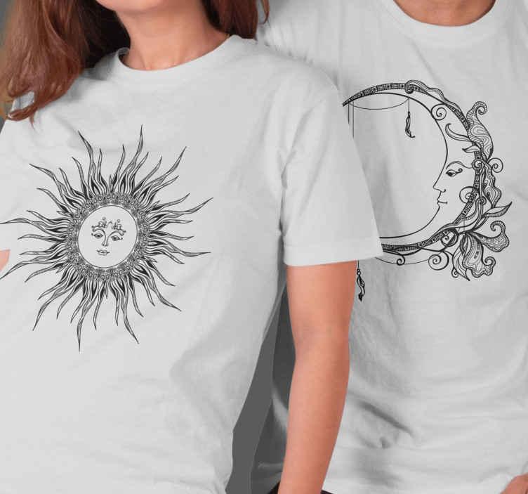 TenStickers. T-shirts koppels Maan en zon. T-shirt set voor stellen met een afbeelding van een maan en een zon, elk prachtig versierd met een gezicht en bloemen. Speciaal gemaakt.
