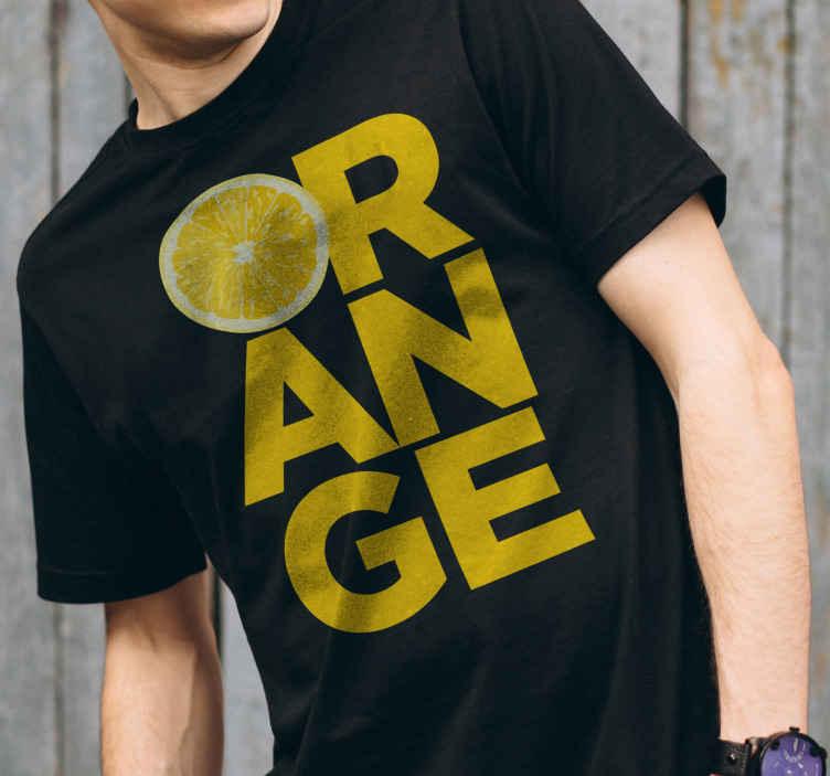 TenStickers. Szeletelt narancssárga szöveges póló. Aranyos narancssárga szöveges póló, hogy megingassa a kedves farmert vagy nadrágot. élvezze a napot barátaival és szeretteivel az eredeti férfi pólónkkal.