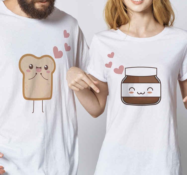 TenStickers. T-shirts koppels Brood en nutella. Bijpassende t-shirt set met een schattige afbeelding van een boterham en een potje nutella met hartjes ernaast. Extreem duurzaam materiaal.