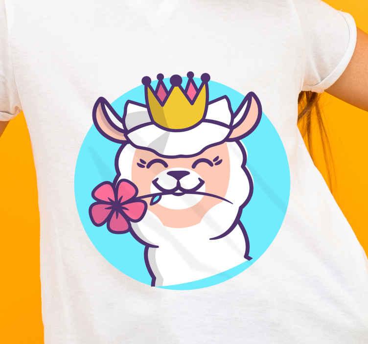 TenStickers. Alpaca com flor coroa T-shirtinfantil. t-shirts infantis com um lindo desenho de alpaca com uma flor presa na boca e uma coroa perfeita para você guardar uma linda roupa na sua filha.