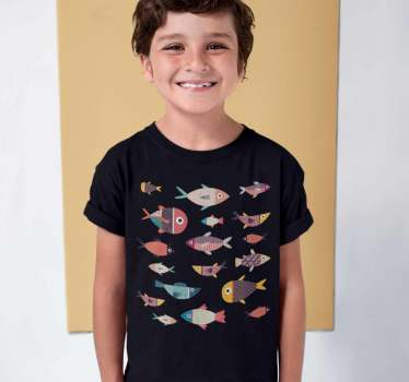 女の子と男の子のための素晴らしいカラフルな魚のtシャツ。最小のクローゼットを更新するオリジナルで異なる製品。彼らはそれを楽しむでしょう。