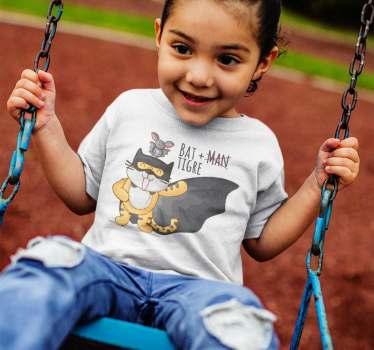 Divertida camiseta de super héroes simulando batman con un tigre, un diseño ideal para niños y niñas, con una ilustración divertida, bonita y original