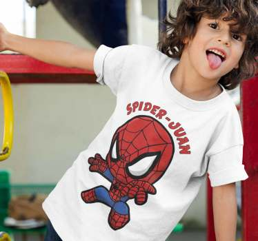Maglietta di uomo ragno che puoi adattare con il nome di tuo figlio o tua figlia e loro lo adoreranno. Un prodotto ideale da regalare ai più piccoli
