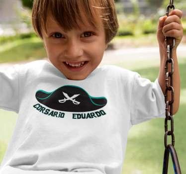 Camiseta infantil de un sombrero corsario que podrás adaptar con el nombre de tus hijos. un producto de primera calidad, bonito y exclusivo.